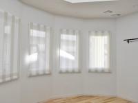麻素材のレース 小窓にプレーンシェード ベージュ×ホワイト 木屋町工務店