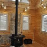 ログハウスにウッドブラインド 薪ストーブと木のぬくもり ティンバーファクトリー