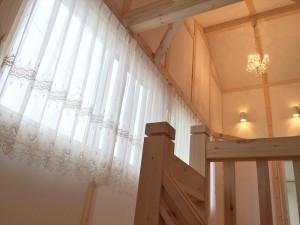 バラ柄レースやバルーンシェードでロマンチックなカーテン サイエンスホーム