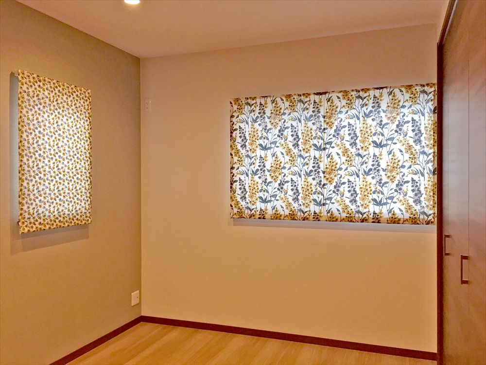 モダンでおしゃれなカーテン×縦型ブラインド ナチュラルな寝室 栗東ハウジング