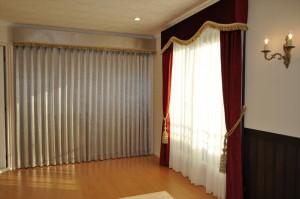 ピアノ室のカーテン カッパーレッドのベルベットで正統派クラシック 輸入生地の遮光カーテン