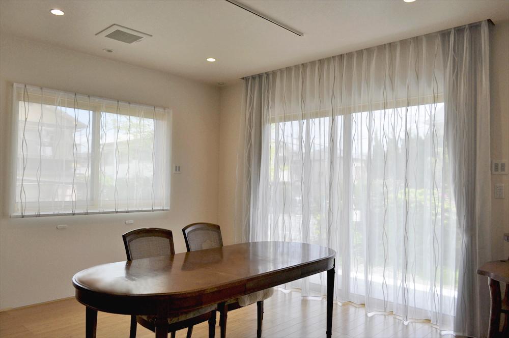 グレーの和モダンなカーテン アクセントカラーに合わせて 杉橋建設