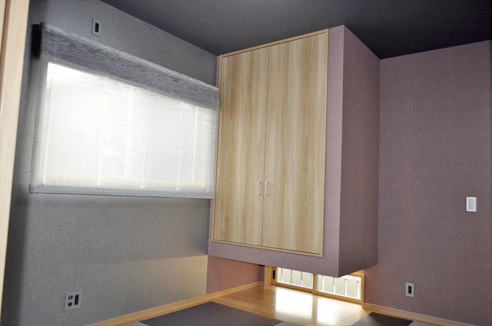 パープルカラーがアクセントのスタイリッシュモダンな空間 オウミ住宅