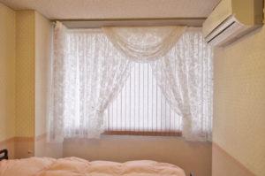 ボタニカル柄レースでリラックスできる癒しの窓辺 産婦人科のカーテン