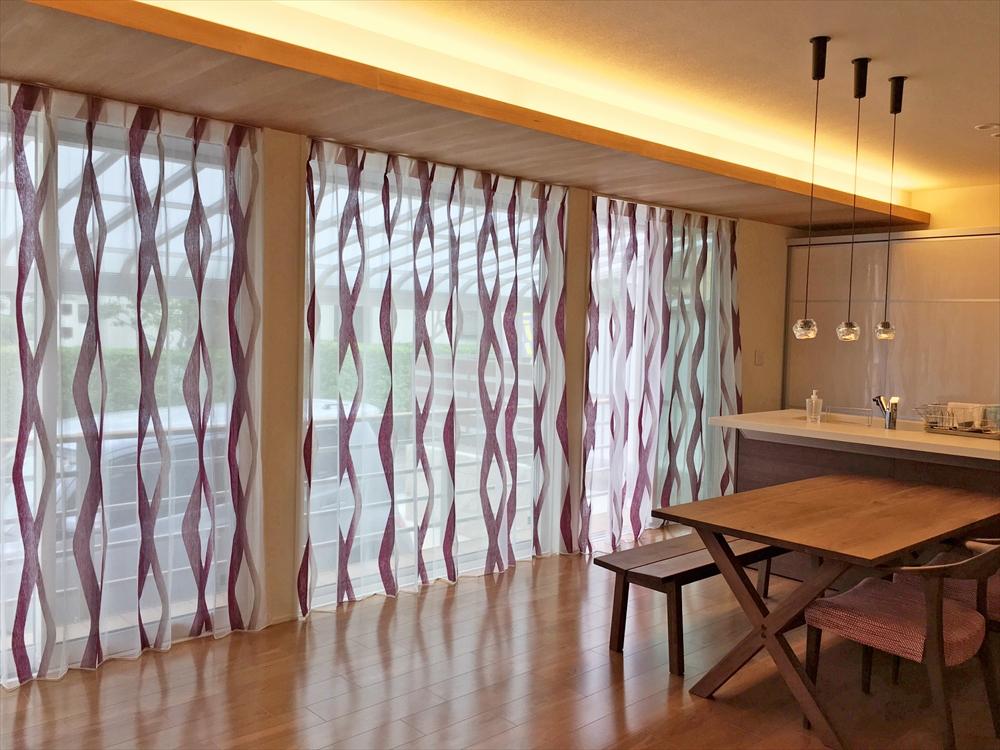 コンテンポラリーなモダンレース ヴァイオレットカラー アート感覚のカーテン