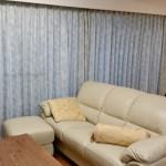 ターコイズブルーの唐草柄ドレープ  大きな窓にシャビーシックなカーテン