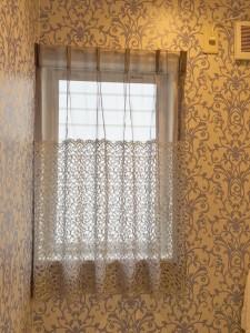 シャビーな雰囲気のエレガントモダン 石山のエステサロン バランスカーテン