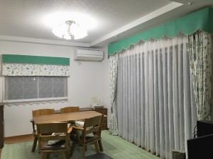 ビリジアングリーンのバランスカーテン 植物柄の刺繍ドレープ 橋本不動産