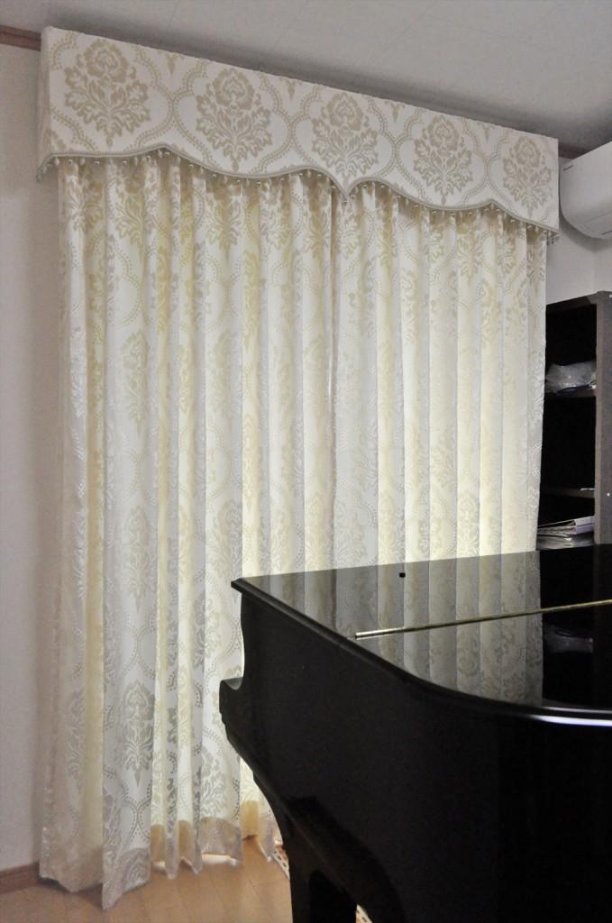 ホワイトクラシカルなバランスカーテン ピアノ室に刺繍レース 橋本不動産