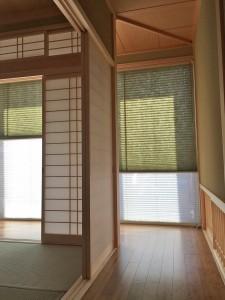 和モダンな印象のグリーンボーダー ホワイトウッドの木製ブラインド 木屋町工務店
