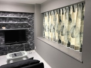 グレーを基調としたマンションにオーガニックコットンのドレープ 自然なナチュラルモダン