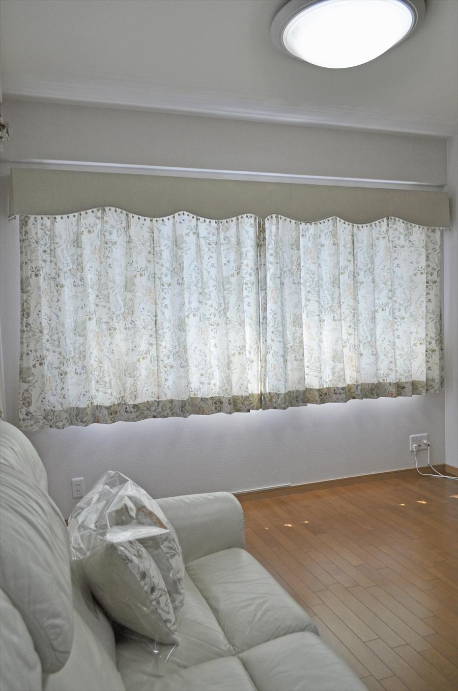 オーガニックコットンの水彩画風花柄ドレープ バランスカーテンでプロヴァンスな窓辺