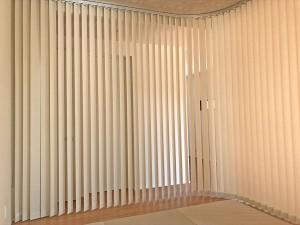 261.タテ型ブラインド カーブソーラーで流動的なカーブを演出  イープラス・モデルハウス