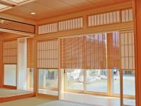 大きな和室の縁側に天然素材を活かした経木すだれを施工