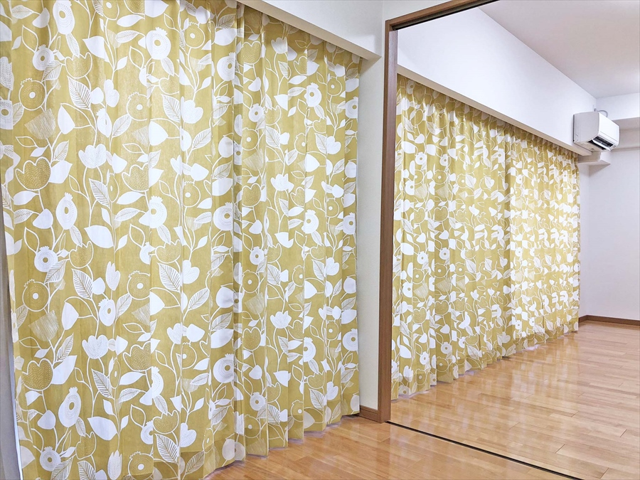 347.北欧ならではの配色とユニークな柄のカーテン