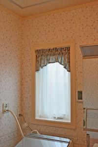 252.優雅で繊細な刺しゅうがうつくしい輸入カーテン