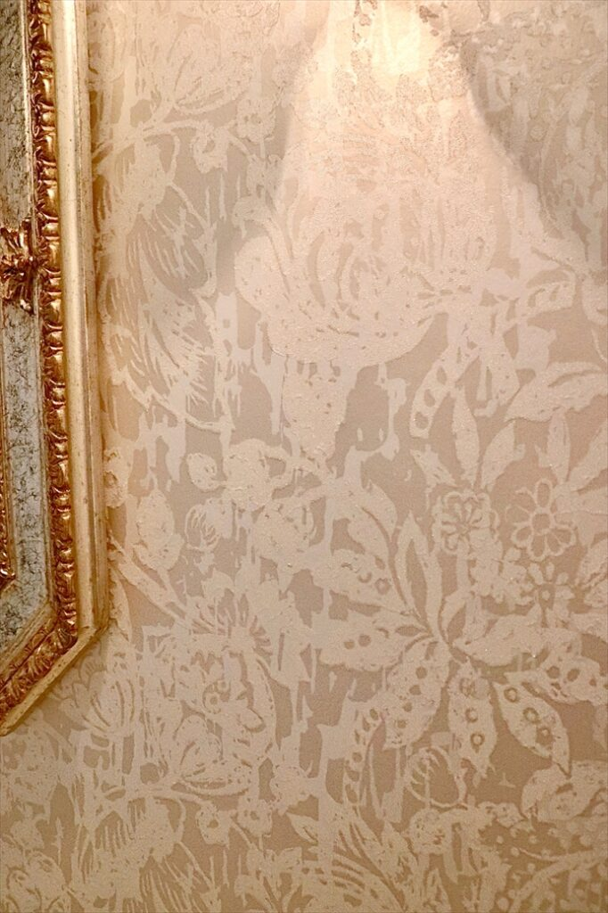 ダマスク柄カーテンでアンティークヨーロピアンスタイルのインテリア