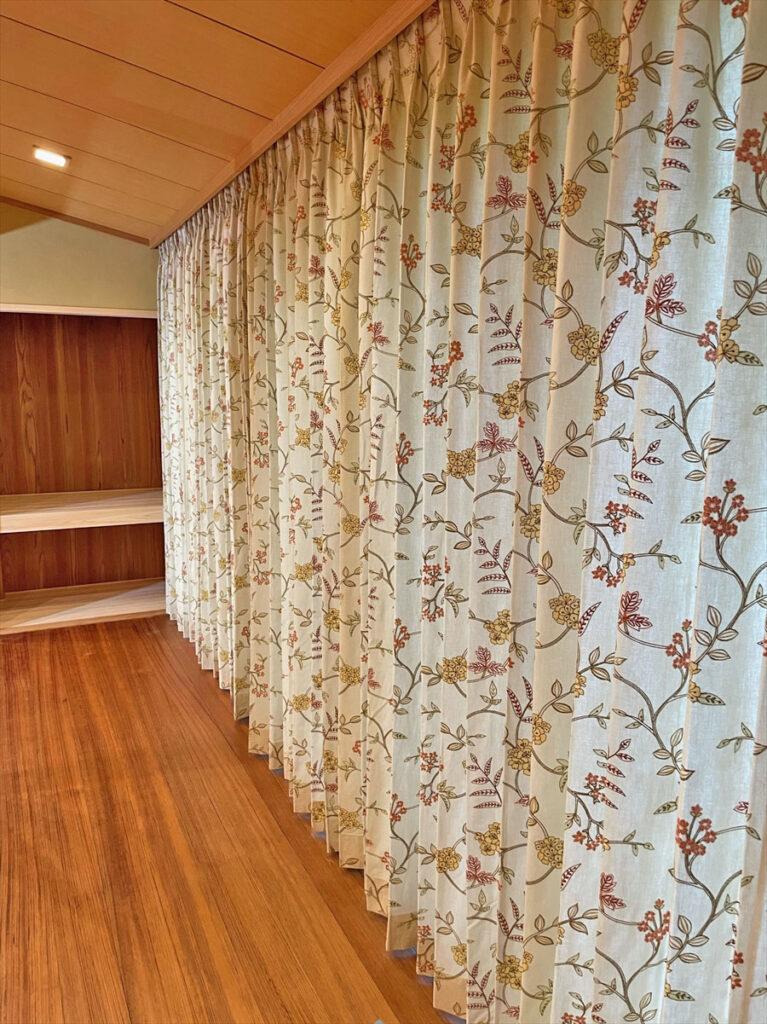 大亀工務店 京都 - イギリス製刺繍カーテンで木の温もりが感じられる上質空間