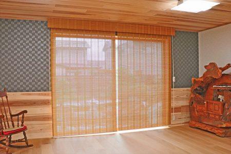 和の木造住宅にニチベイの経木すだれ