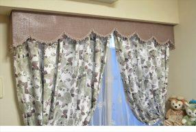 バラ柄のカーテンとパープルのボンディングバランスでエレガントな寝室